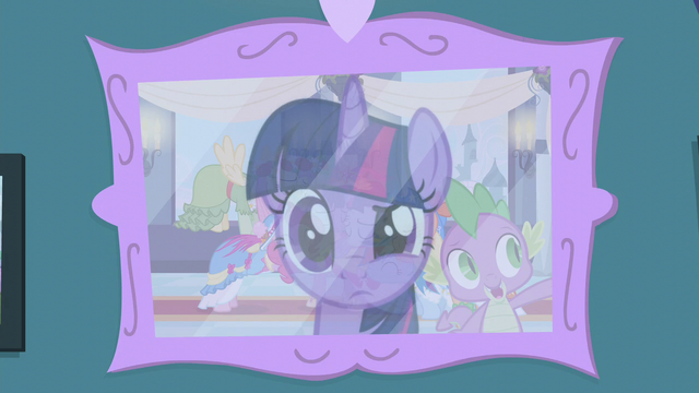 File:Twilight looks at her coronation picture S5E12.png