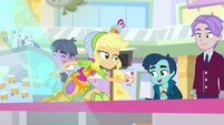 Applejack gives the last smoothie to a kid SS9