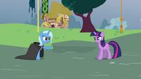 Trixie points at Twilight S3E05