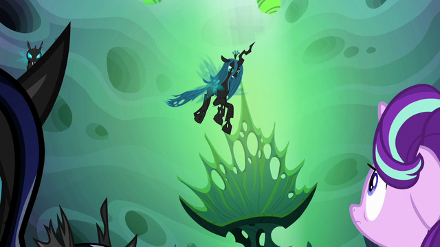 File:Queen Chrysalis flies down from the ceiling S6E26.png