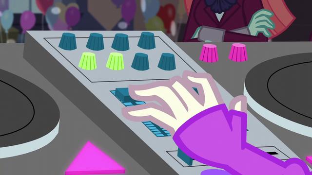 File:DJ Pon-3 working her mixer EG3.png