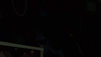 Mysterious traveler throwing the skull S3E5