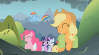 Twilight serious while everyone is happy S1E7