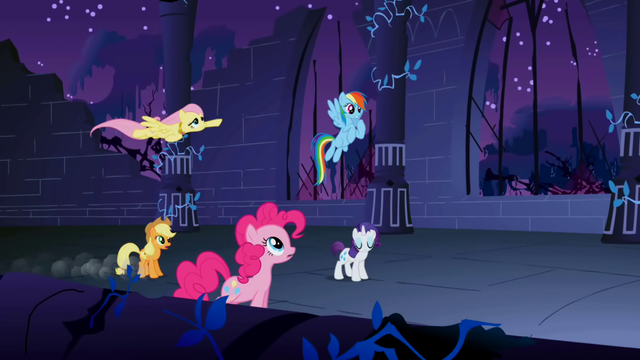 File:Fluttershy's necklace error S1E02.png