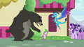 "Bear-Thorax ""back away, Spike!"" S7E15.png"