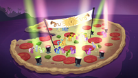 Cheese and other ponies on a pizza S4E12