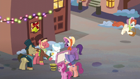 A gather of ponies about to sing S06E08