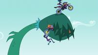 Indigo Zap jumps the vine like a ramp EG3