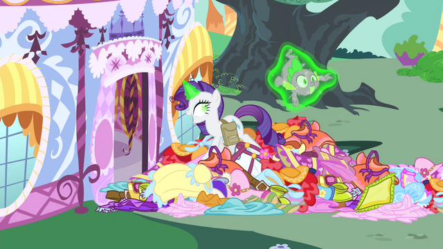 File:Rarity levitating Spike S4E23.png