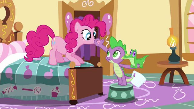 File:Spike plugs Pinkie's lips shut S03E11.png