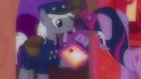 Twilight gets a delivery S03E13