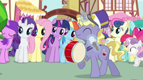 Rarity & Rainbow Dash enjoying parade S3E4