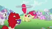 Apple Bloom spinning the hoop S2E06