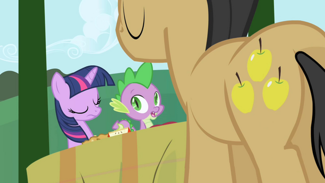 File:Golden Delicious comes by to drop off more food S1E01.png