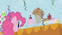 Pinkie looking at ice cream sundaes S1E03