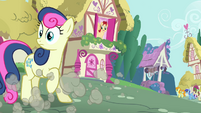 Sweetie Drops looking at Scootaloo S3E6