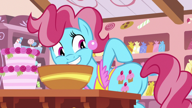 File:Mrs. Cake pointing at her cutie mark S7E13.png