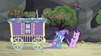 Trixie briefly looking around S6E25