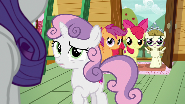 File:Sweetie Belle confused by Rarity's behavior S7E6.png