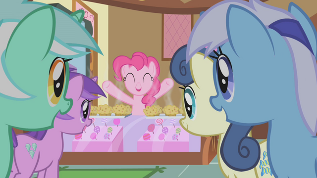 File:Pinkie Pie free muffins! S01E04.png