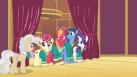 Mayor praising the Ponytones S4E14