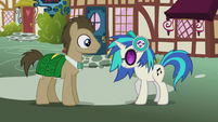 DJ Pon-3 nods her head at Dr. Hooves S5E9