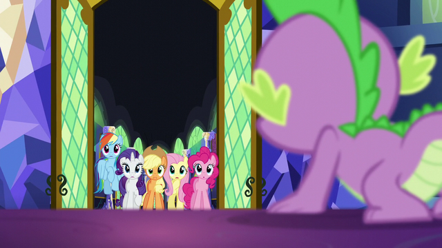 File:Spike sees Twilight's friends at the door S5E26.png