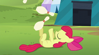 Apple Bloom juggling bowling pins S5E17