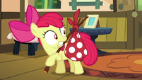 Apple Bloom suddenly carrying a bag S5E4