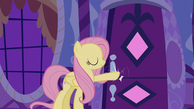 File:Fluttershy knocks on Rarity's door S6E11.png