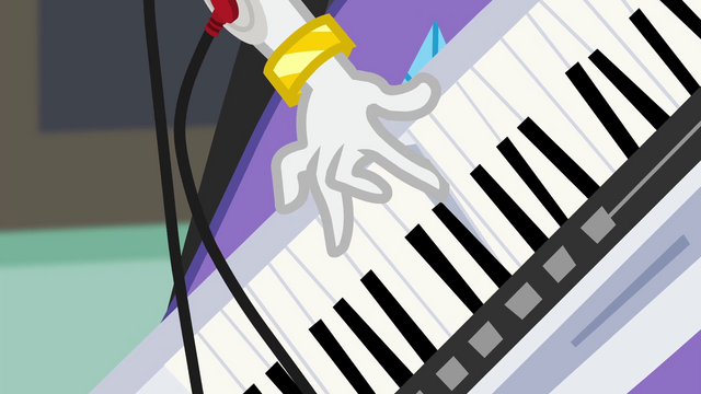 File:Rarity starts playing her keytar EG3.png