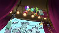 Scootaloo high-hoofs bungee jump pony S6E4