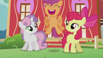 Scootaloo happily fluttering S5E18