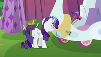 Rarity painting the swan cart S6E14