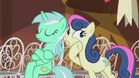 Sweetie Drops whispering to Lyra S5E9
