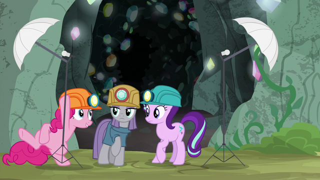 File:Pinkie sets up another photo light stand S7E4.png