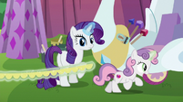 Sweetie Belle gallops with yellow fringe S6E14