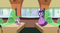 Twilight looks behind her S6E2