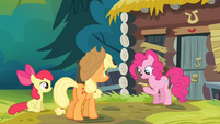 "Pinkie Pie ""reading"" the note S4E09"