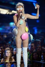 Vma-miley-cyrus-host-150830-02 832820d5d656f0bcd7790dbc2ffe064e.today-inline-large