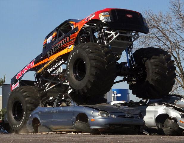 File:Bigfoot 20 crushing cars.jpg