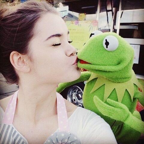 File:Kiss Maia Mitchell Kermit.jpg