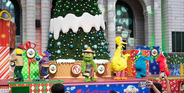 File:Ussingapore dec 2013 sesame street saves christmas show 1.jpg