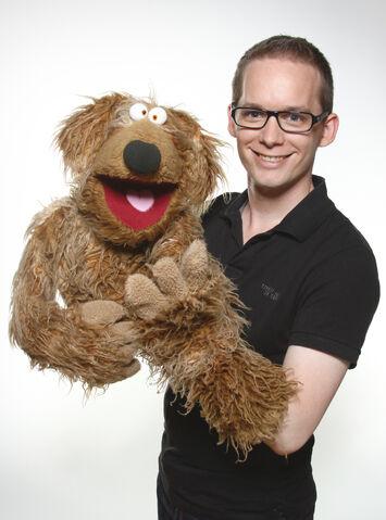File:Martin Reinl with his dog Wiwaldi.jpg