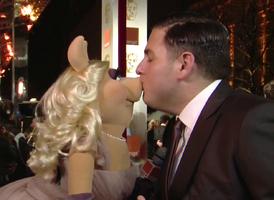 BAFTA-Awards-2012-Kiss-Piggy&JonahHill