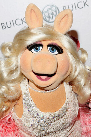 File:OUT100-RedCarpet-MissPiggy-(2011-11-18)-01.jpg