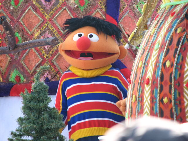 File:Ernie6abcikeathanksgivingdayparade03.jpg