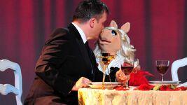 VerleihungDerGoldenenKamera-Kiss-HapeKerkeling&MissPiggy-(2012-02-04)