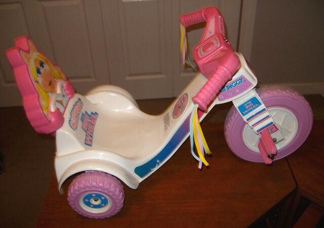 File:Empire little big wheel 1982 miss piggy 2.jpg