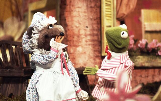 File:Miss mousey and kermit.jpg